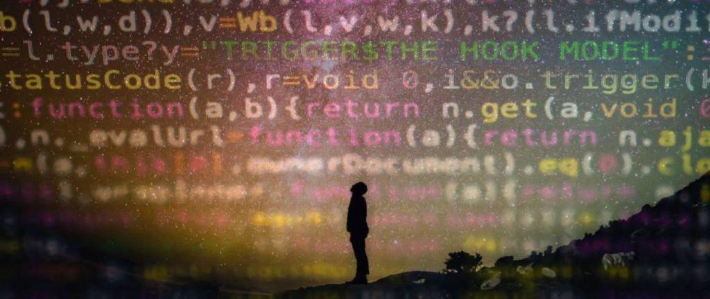 Homme qui regarde du code informatique provenant de l'IA