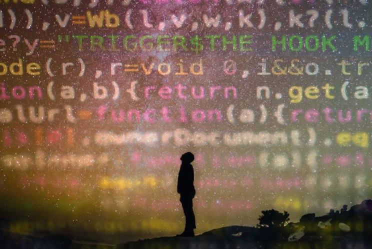 Homme qui regarde du code information provenant de l'IA