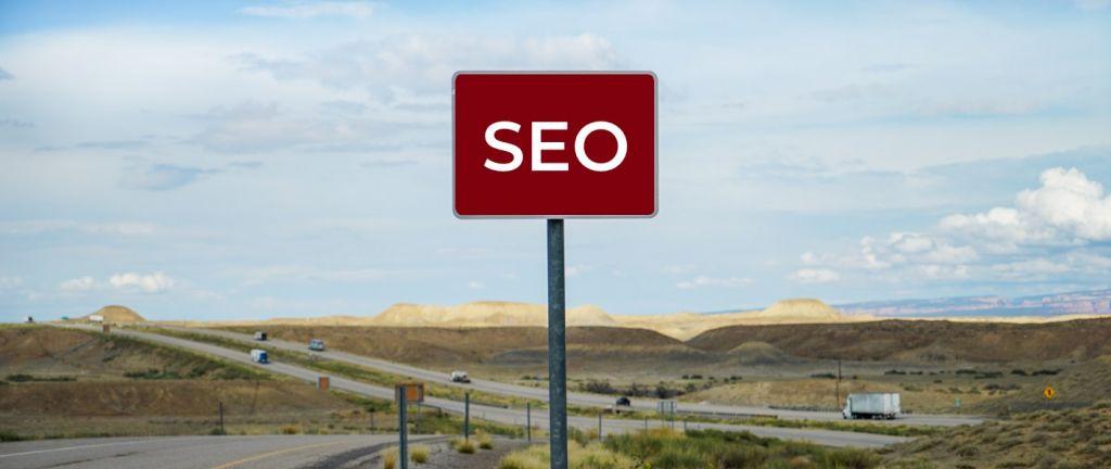 l'image représente un panneau stop avec écrit SEO pour communiquer sur les erreurs de référencement à ne pas faire