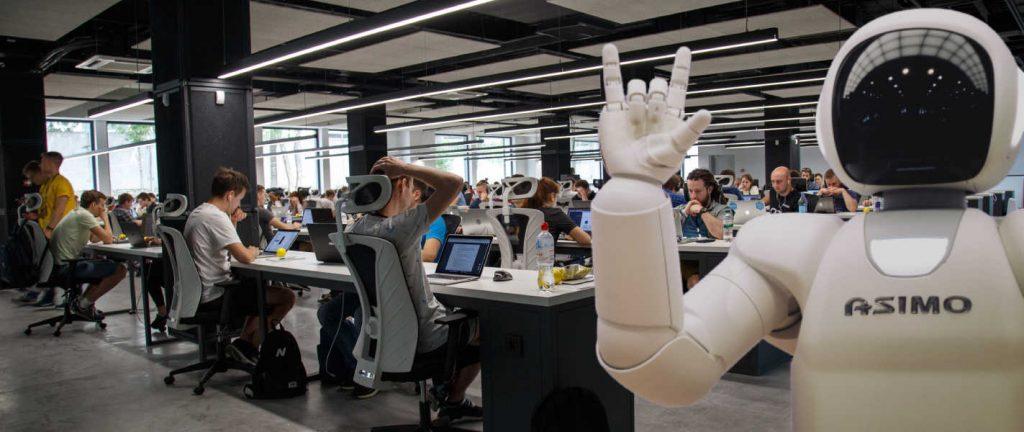 Un robot avec de l'intelligence artificielle dans une entreprise de relation client